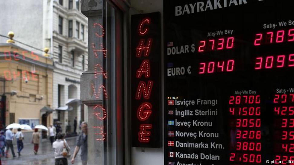 «Ελεύθερη πτώση»: Νέο ιστορικό χαμηλό για την τουρκική λίρα